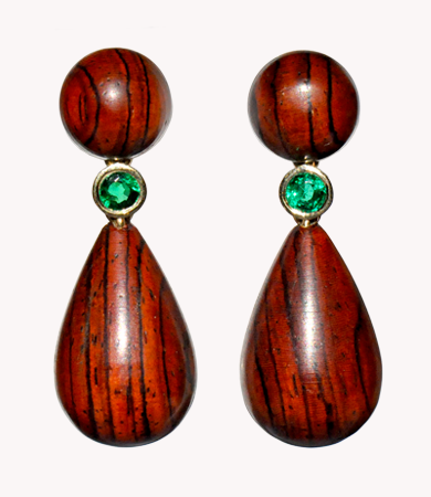 Yellow gold, cocobolo wood & emerald T.A.C. earrings | Statement Jewels
